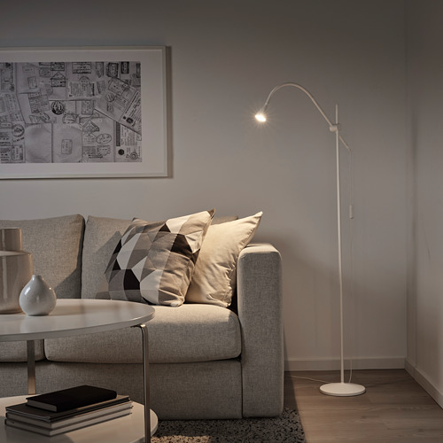 NÄVLINGE lámpara de piso/lectura LED integrada