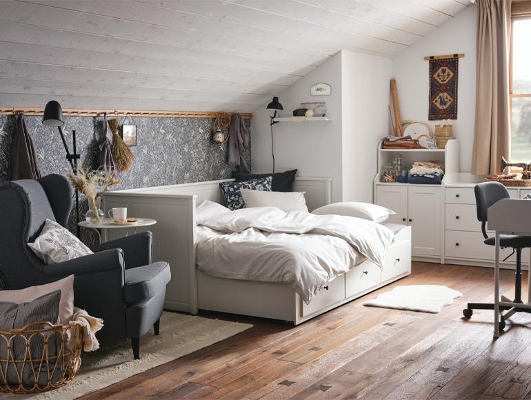 Una habitación de invitados con espacio para las manualidades